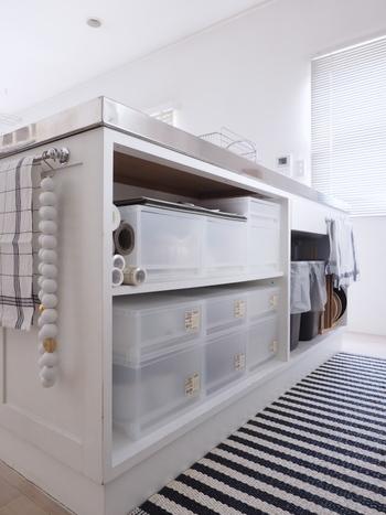 こちらのお宅では、シンク下のオープン収納にプラスしています。規格が一定なので、収納したい場所のサイズに合うものを選べるのも魅力です。