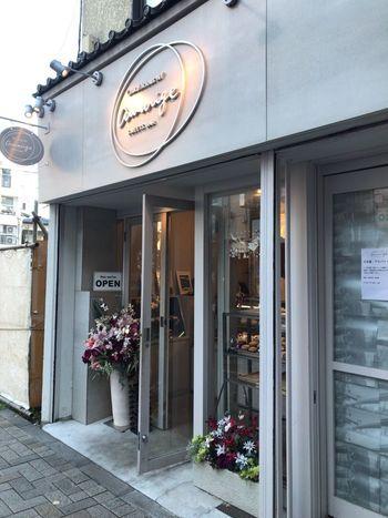 オーナー・パティシエ―ルは、2003年、NYにオープンしたデザートバー「Chikalicious NY Amarige(チカリシャス・ニューヨーク・アマリージュ)」を成功に導いたチカ・ティルマンさん。 1年前に少し離れた場所に開いたお店をたたみ、2016年、現在の場所にリ・オープンしました。アマリージュは、甘いという日本語とスイーツとワインとのマリアージュをかけ合わせた造語だそう。