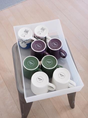 「ポリプロピレンケース 引出式 浅型」を使った収納。イッタラのティーマなどマグカップをたっぷり収納しています。  オープン棚をそのまま使うのではなく引き出しに収納すれば、棚の奥まで有効に活用できるだけでなく衛生的ですね。