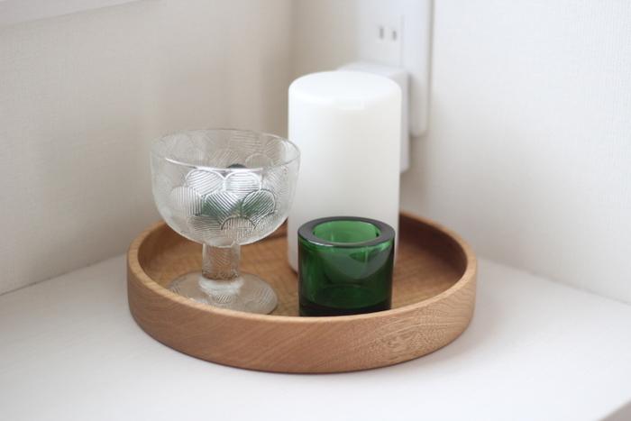 透明なグラスだけでなく、鮮やかな色合いのガラス雑貨を取り入れると奥行きのある素敵なインテリアに。透明感のあるグリーンに涼しげな夏らしさを感じさせます。