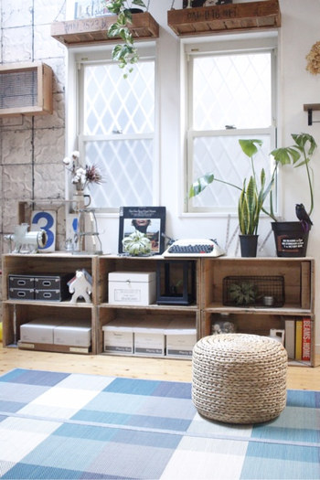 インテリアを夏らしく変えるなら、涼し気な寒色系カラーの雑貨を選んでみてください。こちらのお宅のように、ブルーのなかでもシックなカラーの組み合わせを選べば大人っぽく仕上がります。