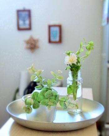 さりげなく花やグリーンをグラスに挿してお部屋のアクセントにに。シルバーのトレイをプラスすることで、涼やかさを演出します。