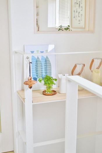 こちらのお宅では、北欧インテリアにぴったりなグラスを使ったグリーンと寒色系アートを空間にプラスしています。