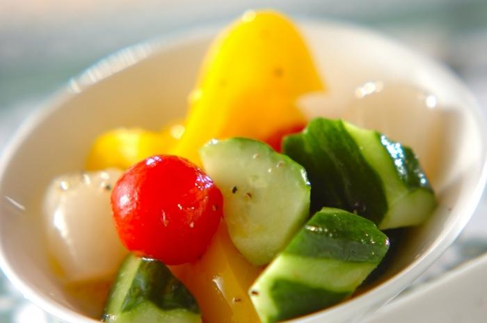 らっきょうの漬け汁を使って作るピクルス。プチトマト、黄パプリカ、きゅうりがらっきょうの漬け汁によく合い、見た目もカラフルで食卓が華やかになりそう。