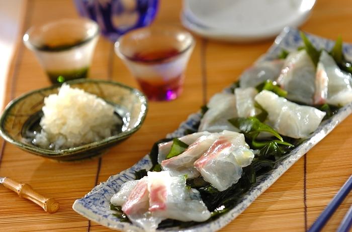 鯛を昆布茶で昆布じめにして、らっきょうと甘酢、オリーブオイルで作ったドレッシングをかけていただく「鯛の昆布じめカルパッチョらっきょうドレッシングがけ」。手軽に昆布茶で作れる鯛の昆布じめは、冷蔵庫で2〜3時間置くので、休日の午後などに作ると贅沢な夕食が簡単に作れて◎。