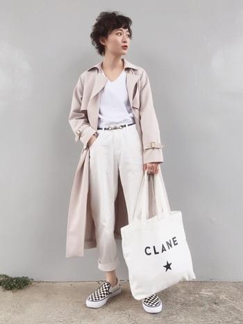 ホワイトカラーの上下に、アイボリーのトレンチコートを羽織ったキレイめスタイル。全体をシンプルなワントーンでまとめることで、バンズのチェッカーフラッグ柄のスリッポンが引き立ちます。