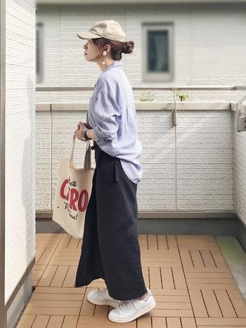 ユニクロのラップタイプのナロースカートに、ビッグサイズのストライプシャツを合わせたカジュアルコーデ。結び目にシャツをフロントインして、ラフで抜け感のある印象に。