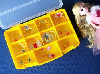 女の子が大好きなリカちゃん人形には、ティアラやピアス、口紅など細々したアイテムがたくさん。そんなパーツの収納に便利なのが、ダイソーの「セクションケース」です。一つ一つのアイテムを仕切りながら収納できるので、使いやすく&すっきりと収納できます。