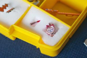 さらにこちらのブロガーさんのようにメラミンスポンジをケースの中に敷くと、小さいパーツを取り出すのもしまうのもスムーズにできますよ◎。