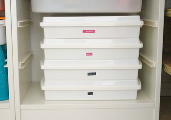 蓋付きの白いケースはこんなふうに重ねて、見た目もスッキリと収納できます。
