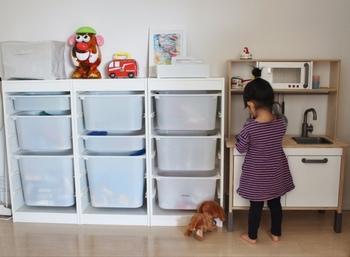 たくさん種類があるおもちゃの収納には、IKEAの「TOROFAST(トロファスト)」もおすすめです。様々なサイズ&カラーを展開している引き出しと、シンプルなデザインのフレームを組み合わせて、お好みの収納スペースを作ることができます。