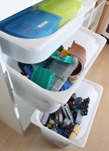浅型タイプの引き出しには小物類、大きいサイズの引き出しはプラレールなどのおもちゃ収納に最適です。