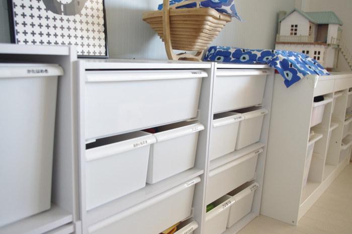 一段ごとに分けて収納できる「カラーボックス」も、おもちゃの収納にぴったりの便利なアイテムですよね。こちらの写真のように中のケースを白で統一すれば、ゴチャつきがちなおもちゃをすっきりと収納できます。そんなカラーボックスにさらに一工夫加えることで、より便利でおしゃれな収納スペースをつくれるんですよ◎。