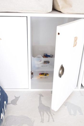 こちらのブロガーさんのおうちで使用しているのは、縦・横2WAYで使用できるニトリの扉付きカラーボックスです。ニトリのカラーボックスはそのままでも素敵ですが、取手やアルファベットを付けることで、子供部屋のインテリアに馴染む可愛い雰囲気になりますよ◎。