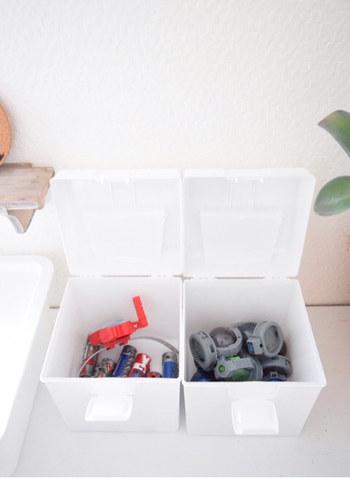 カラフルなおもちゃがインテリアに馴染まなくて、「すっきりと収納できない…」とお困りの方も多いはず。そんな時に参考にしたいのが、こちらのブロガーさんの素敵な収納術です。たとえばこちらの写真のように、白いボックスに収納して統一感をだしたり。