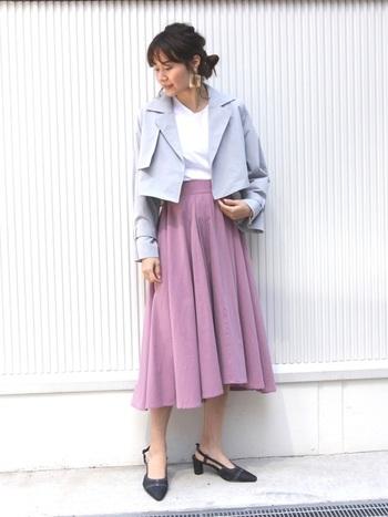 きれいめな印象のフレアスカートは、普段使いにはもちろんオフィスカジュアルコーデにおすすめ。落ち着きのあるカラーなので、オフィスでも違和感なく馴染みます。