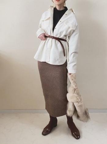 ニット素材のナロースカートは、ウォーム感たっぷりで秋冬にぴったり。細身のシルエットなので着膨れ感を防ぎ、ベルトでウエストマークすることですっきり着こなすことができます。