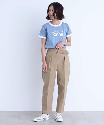 こちらのテーパードパンツは前にも後ろにもタックが入っているのでより体のラインが表に響かないデザイン。Tシャツと合わせてちょっと大人なカジュアルコーデに、ブラウスと合わせてキレイめなオフィスコーデに、と着まわし力も抜群。