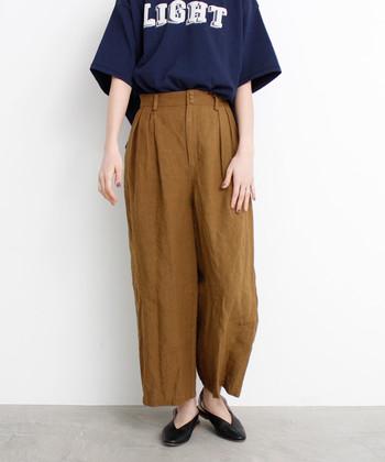 リネン100%のさらっと着られるパンツはこれからの季節にもうれしい素材。ラフにTシャツと合わせれば、ちょっとこなれた大人カジュアルコーデに仕上がります。