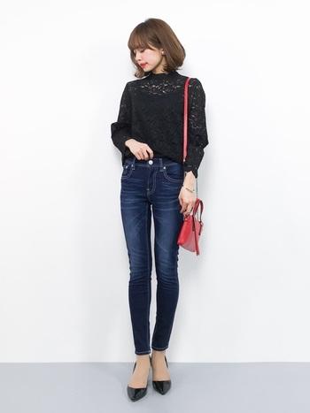 デニムの色落ち加減も手伝ってとっても脚長さんに見えますね!女性らしいブラウスと合わせてフェミニンなコーデに仕上げるのも◎アクセントカラーとなっている赤いバッグも素敵です。
