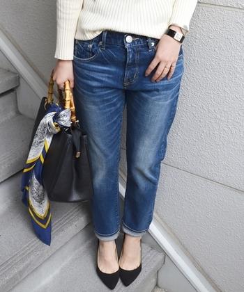 『テーパードパンツ』は太ももあたりはゆったりで、裾に向けて細くなっていくデザインのパンツ。足のラインがぴったり出ないデザインなので体型カバーにも頼りになります。