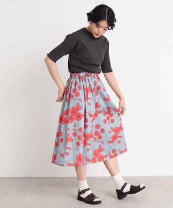 色柄共に綺麗な花柄のスカートには、白のソックスとトップスと同系色のサンダルを合わせて、おすましコーデに。