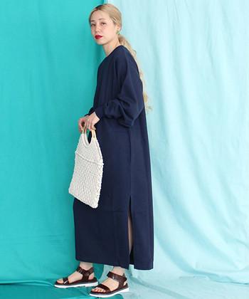 スリットが綺麗なロングワンピに、コントラストが出るよう白のかぎ針編みバッグをON。サンダルはワンピースとバッグの色合わせを再現したかのような黒×白でまとまり感を。