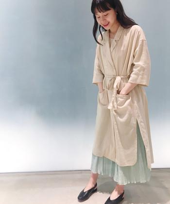 ジャケット風の襟ありシャツワンピースは、ウエストマークのおかげで、カシュクールっぽくも着こなせる逸品です。春気分を盛り上げる綺麗なミントグリーンのスカートをボトムに仕込めば、お洒落を楽しみたい休日コーデにぴったり!
