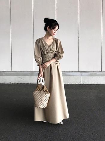 ぽわんとした袖、ギャザーが入ったウエスト周りが特徴のロング丈ワンピース。女性らしいワンピースは、1枚で着こなし、アクセサリーもほぼなしでシンプルに着こなしましょう。雰囲気を壊さないように、こだわりバッグも同系色に。