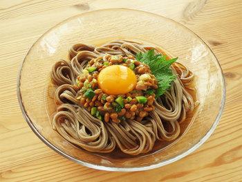 ねばねば食材といえばやっぱり「納豆」。 湯がいたそばの上にみじん切りした野菜と納豆を混ぜ合わて盛り付けた時短ヘルシーレシピです。
