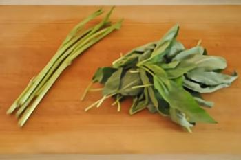 野菜の中でも一番栄養があると言われている「モロヘイヤ」。ねばねば成分の他にビタミンやミネラル、食物繊維も豊富で美容効果も抜群です。茹でる時は必ず茎と葉に分けて時間をずらしてお鍋に入れるといい食感が味わえます。