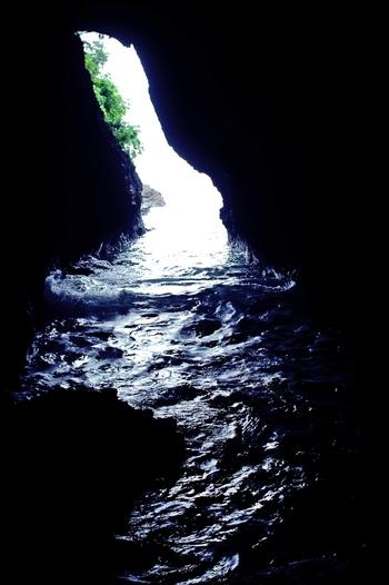 聖域の岬にある「青の洞窟」。紀元前にインドから来た法道仙人がここで強靭なパワーを習得し天へ登ったと伝えられ、現在では縁結び・金運・学問等多くの願いが叶う洞窟として多くの人が訪れる人気スポットになっています。