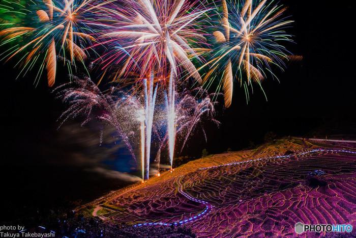 毎年10月~3月には白米千枚田がライトアップされる大人気のイベント「あぜのきらめき」が開催されます。30分ごとにピンクからゴールドに変わる25,000個ものイルミネーション(ソーラーLED)が棚田を彩る様は壮観のひと言。辺り一面が幻想的な世界に包まれます。
