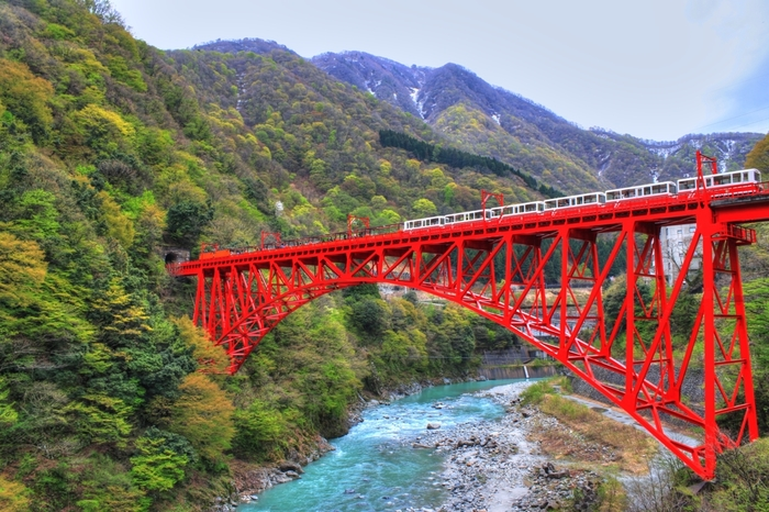 春~秋にかけて雄大な自然の絶景を楽しむことができる黒部渓谷の「トロッコ電車」。