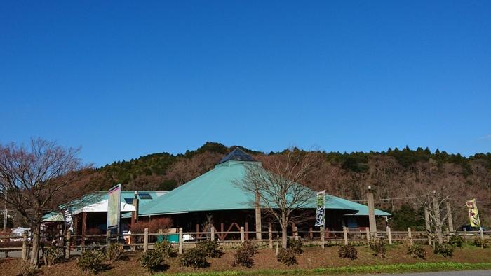 濃溝の滝がある清水渓流公園から車で約3分とアクセスの良い「道の駅ふれあいパークきみつ」は、笹川湖に浮かぶ道の駅という、自然豊かなロケーションにある物産館です。