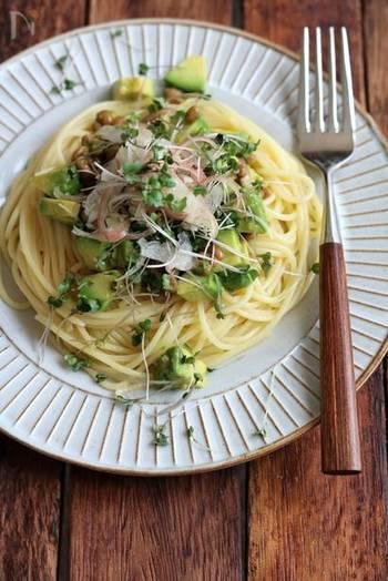 美容にいい納豆とアボカドを合わせた具材がおしゃれな一皿。納豆とアボカドの味をつなげるのがめんつゆとオリーブオイル。パスタを茹ででいる間にササッと作れる簡単レシピです。