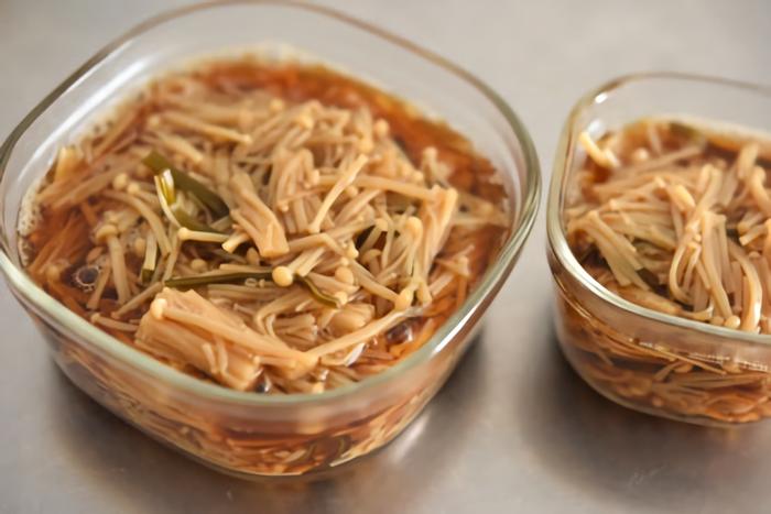 なめたけの材料に使われるえのき茸もねばねば麺に加えたい食材です。年中手に入るキノコなのでいっぱい買い込んだ時は、栄養たっぷりの作り置きおかずとして作ってみるのもいいですね。