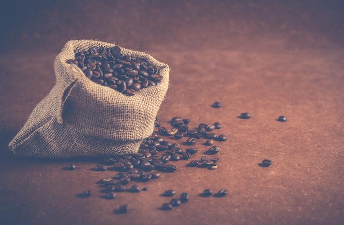 コーヒーを麻袋に入れるのは世界中から集められるときに通気性の良さと素材の丈夫さが重要だからです。