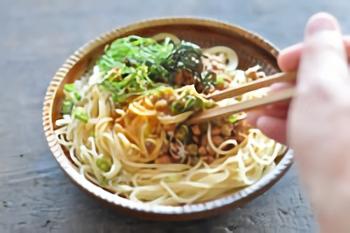 刻んだネギや大葉など香味野菜と一緒に食べると納豆の独特のにおいが和らぐために食べやすくなります。しっかりと混ぜて納豆の栄養をたっぷりと取り入れましょう。