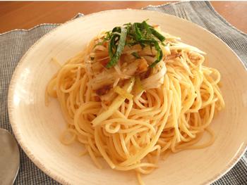 オクラ同様、風邪の予防にもなる「長芋」をすりおろさずにざくざくと切って合わせたスパゲティ。シャキ、ホクッとした長いもとクタッとした長ネギ、プチプチしたたらこなどいろんな食感が楽しめます。