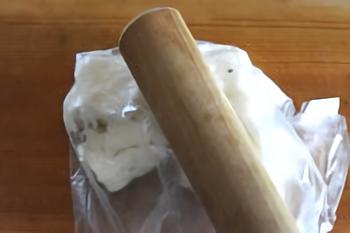 長いもは綿棒でたたいて細かくすることで、粘りを出しながらシャリ、ザクッとした楽しい食感になります。