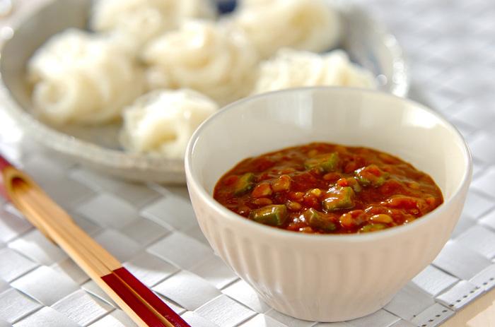 市販のミートソースにオクラと納豆を加えて煮込み、最後にカレーで風味つけたちょっと変わったそうめんのつけ汁レシピです。オクラと納豆の程よい粘り気がそうめんによくからみ、食欲をそそります。