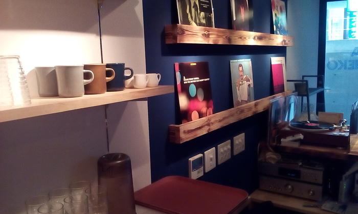 祐天寺駅から徒歩約1分。コンクリート打ちっ放しの店内はスタイリッシュでありながらも、暖かいアナログ盤の音やコーヒーの香りに癒される、とても居心地のいい空間です。壁にはボサノヴァやジャズのレコードが並べられ、オーナーがセレクトしたアルバムをかけてくれます。時折ライブやアート展も開催されるのでSNSで最新情報をCHECKして♪
