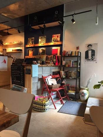 東京には素敵なジャズが聞けるお店がたくさんあります。今回はそのごく一部の10店をご紹介します。ジャズってちょっと敷居が高いイメージがあるかもしれませんが、大丈夫。まずは行きやすいカフェからトライしてみて。この中から1店だけでもいいので勇気を持ってお店の扉を開いてみてください。きっと世界がグッと広がりますよ♪