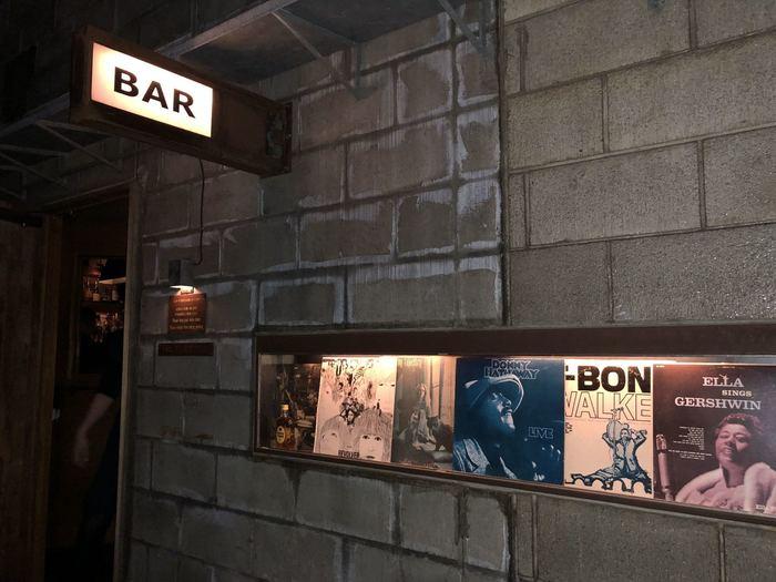 """JRの恵比寿駅東口から徒歩約3分のところにある""""BAR MARTHA""""。おしゃれな空間を期待させるブロックの外観にレコードの並ぶショーウィンドウ…こんなお店に通っている女性はハンサムウーマンに違いない!と想像してしまいます。店内にはJAZZ、SOUL、FUNK、AOR、POPSまで、全部で5〜6,000枚のレコードがあり、オーディオ・マニアにはたまらないマッキントッシュの真空管アンプが何台も並んでいます。"""