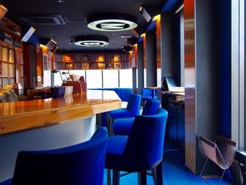 美しいブルーがひときわ目を引く店内。銀座の素敵な空間で、コーヒーやお酒と上質な音楽を楽しめるひと時を予定に入れるだけで、明日からのモチベーションもアップしそうですよね。