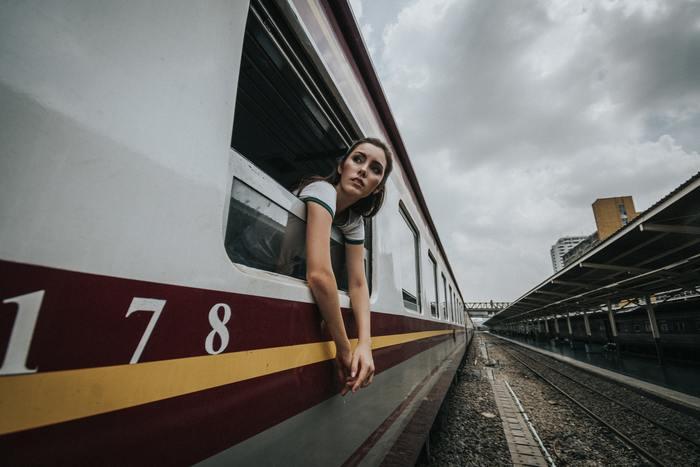 知らないうちに自分で望まぬ列車に乗ってしまう事があるかもしれません。人生は一度きり!列車の終着駅を自身でしっかり見定めてから、どの列車に乗るかを決めていくことで、車窓から見える景色も周りの環境も変わっていくでしょう。そこから後悔とは無縁の強いモチベーションが生まれるはずです。