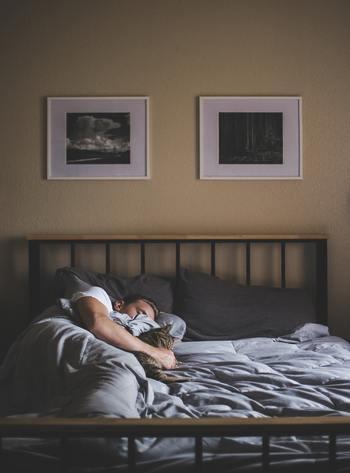 あれこれ考えてみるより、まずは体からのサインに素直になって。心身に蓄積した疲れをゆっくり休んで癒してあげましょう。