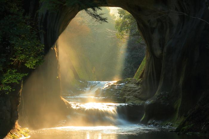 実は「濃溝の滝」として知られている写真のほとんどはこちらの「亀岩の洞窟」なんです。