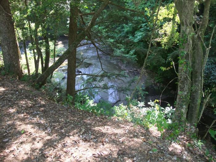 実際の「濃溝の滝」はこちら。「亀岩の洞窟」と同じく、千葉県君津市の清水渓流広場内にあります。